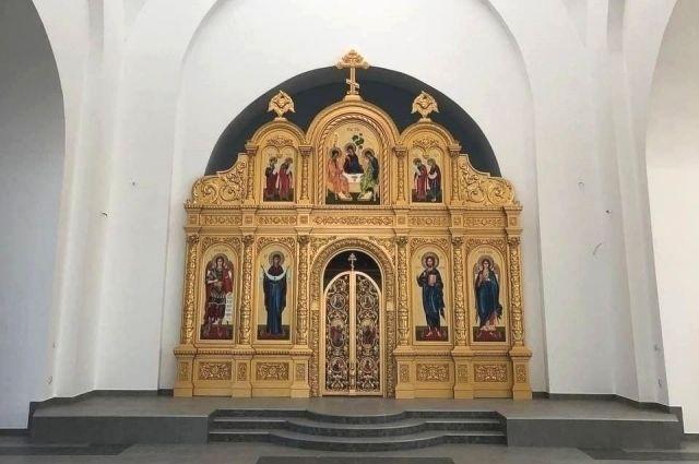 В строящемся храме в Акбулаке установили иконостас.