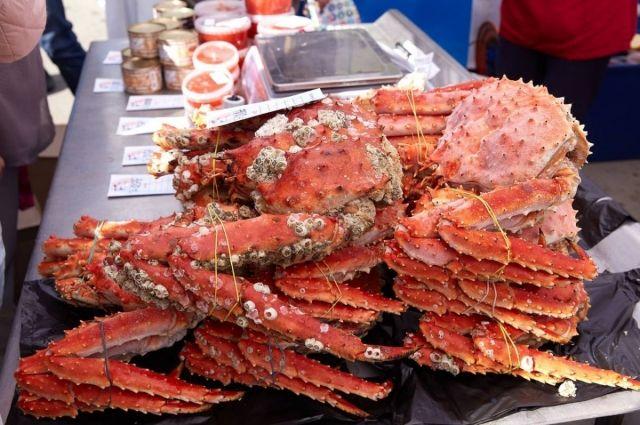 На ярмарке будет представлена рыбная продукция и морепродукты: продукция из копченой, соленой, вяленой рыбы, пресервы, консервы и креветки.