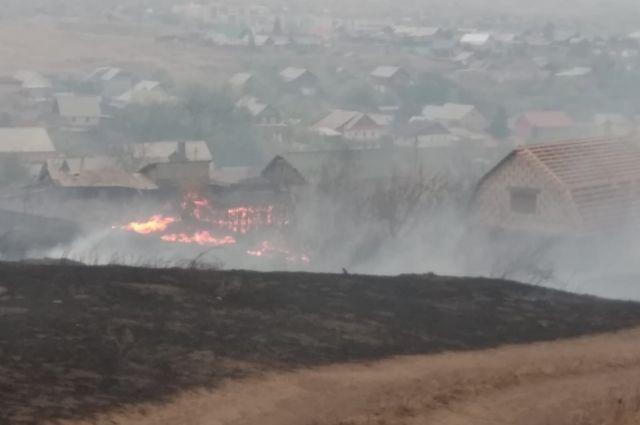 Степной пожар в Медногорске тушат почти 100 человек, 33 единицы техники и пожарный поезд.