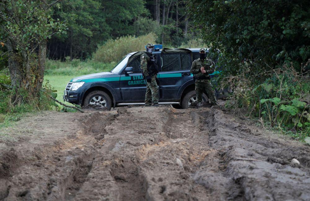 Сотрудники пограничной службы Польши на белорусско-польской границе недалеко от города Уснарж-Горны