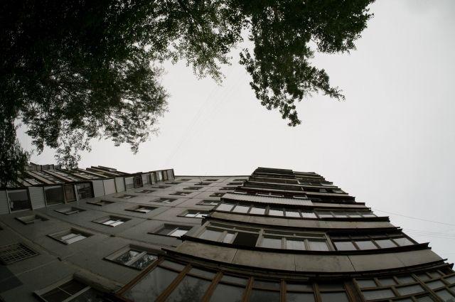 В Оренбурге на Диагностки с высоты многоэтажного дома упал молодой парень.