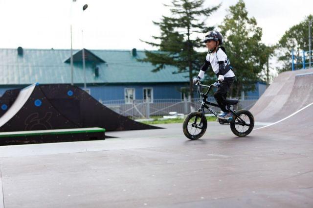 Тренироваться в скейт-парке могут и самые маленькие спортсмены.