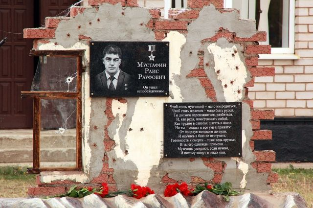 В Оренбуржье открыли мемориал памяти Героя России Раиса Мустафина, воевавшего в Чечне.