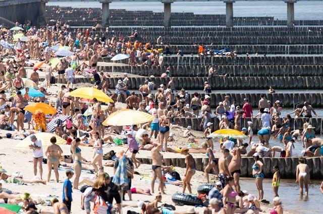 В июле отдыхающие на пляже не лежали, а стояли.