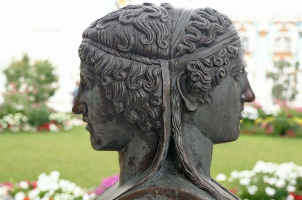 Бюст Януса двуликого, установленный в Камероновой галерее. Считается, что Янус мог быть одним из древнейших римских богов, культ которого ввёл, возможно, ещё легендарный основатель Рима Ромул. На рисунках и в скульптуре Януса изображали с двумя лицами: одно смотрело вперед (в будущее), другое назад (в прошлое).