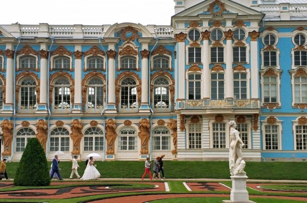 Провести свадьбу в Пушкине - прямо-таки мечта! Дворец бракосочетания № 3 находится по адресу ул. Садовая, д. 22 - через улицу от Екатерининского парка. Чем активно и пользуются счастливчики-брачующиеся.