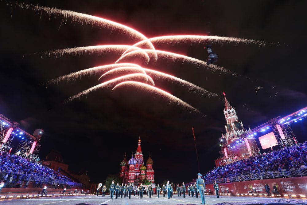 Салют на торжественной церемонии закрытия XIV Международного военно-музыкального фестиваля «Спасская башня» на Красной площади в Москве