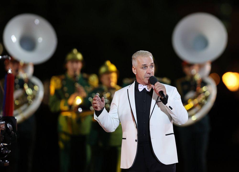 Участник группы Rammstein Тилль Линдеманн во время выступления на торжественной церемонии закрытия XIV Международного военно-музыкального фестиваля «Спасская башня» на Красной площади в Москве