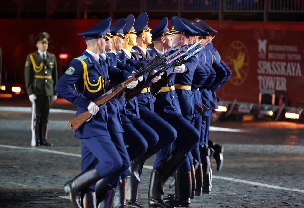 Военнослужащий роты почетного караула Вооруженных сил Белоруссии на торжественной церемонии закрытия XIV Международного военно-музыкального фестиваля «Спасская башня» на Красной площади в Москве