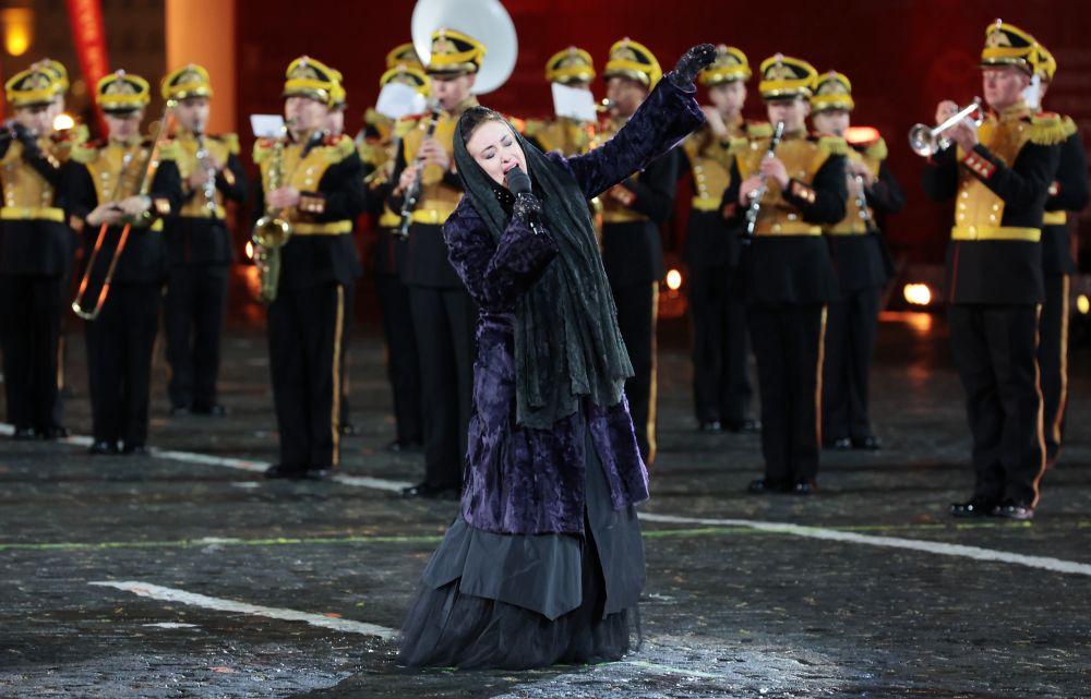 Певица Тамара Гвердцители во время выступления на торжественной церемонии закрытия XIV Международного военно-музыкального фестиваля «Спасская башня» на Красной площади в Москве