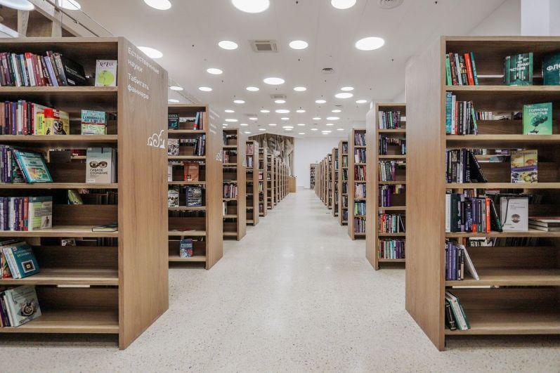 А это классическая зона библиотеки, куда можно попасть по читательскому билету. Впервые в открытом доступе выставлено 150 тысяч книг. Ранее все книги приходилось заказывать через библиотекаря.