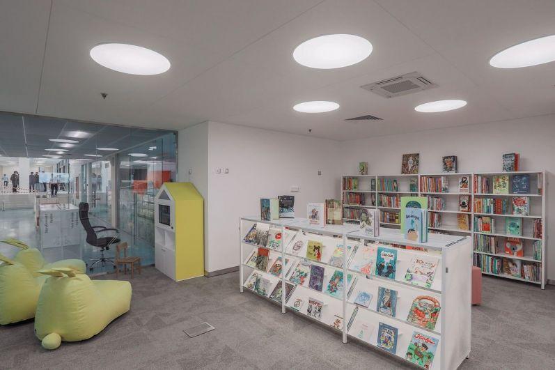 Детская зона 0+ для самых маленьких. Кстати, полы тут с обогревом, а сама зона шумоизолирована, чтобы дети не мешали остальным читателям. Также есть зона 6+ для детей, уже полюбивших чтение.