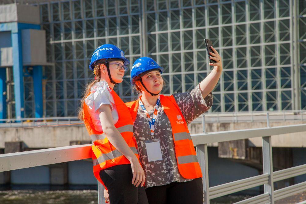 Туристы на Саяно-Шушенской ГЭС на реке Енисей в день открытия туристического маршрута