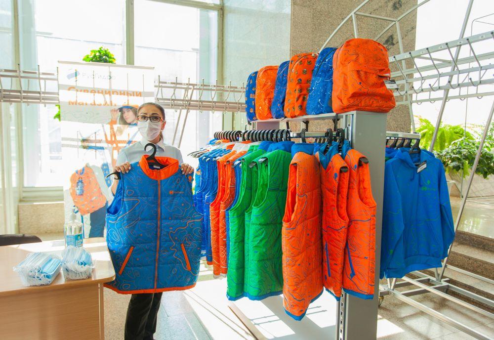 Одежда с символикой РусГидро в вестибюле Саяно-Шушенской ГЭС