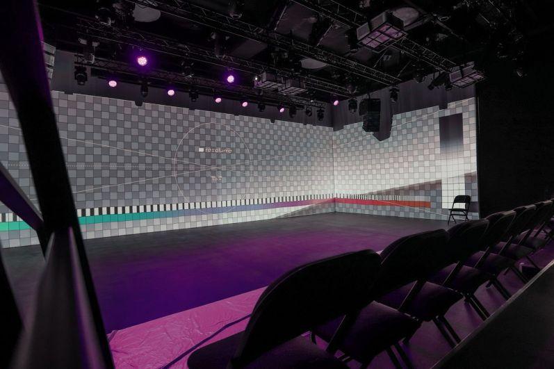 В здании библиотеки есть театральная площадка, ее еще называют черной-черной комнатой. Сцена позволяет тесно контактировать со зрительным залом.