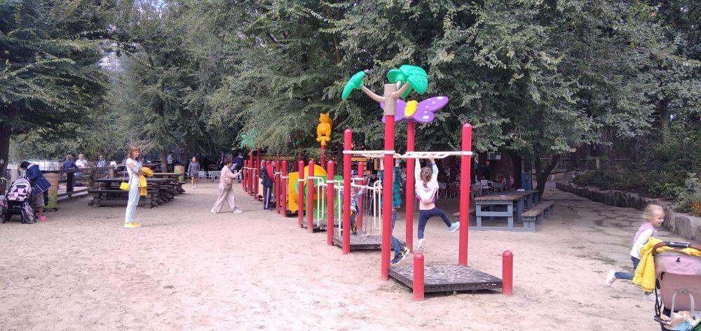 Есть и детская площадка, где могут порезвиться ребятишки.