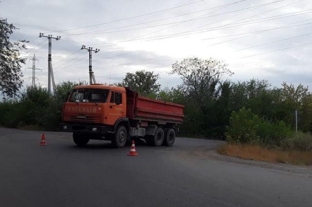 В Орске пассажирка выпала из кабины «КамАЗа» и была госпитализирована.