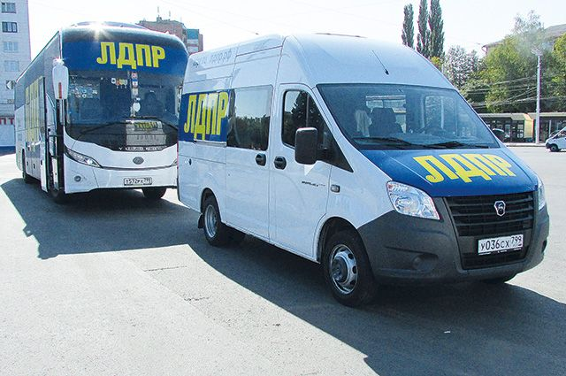 Автобусы партии встречают с надеждой в городах и селах.