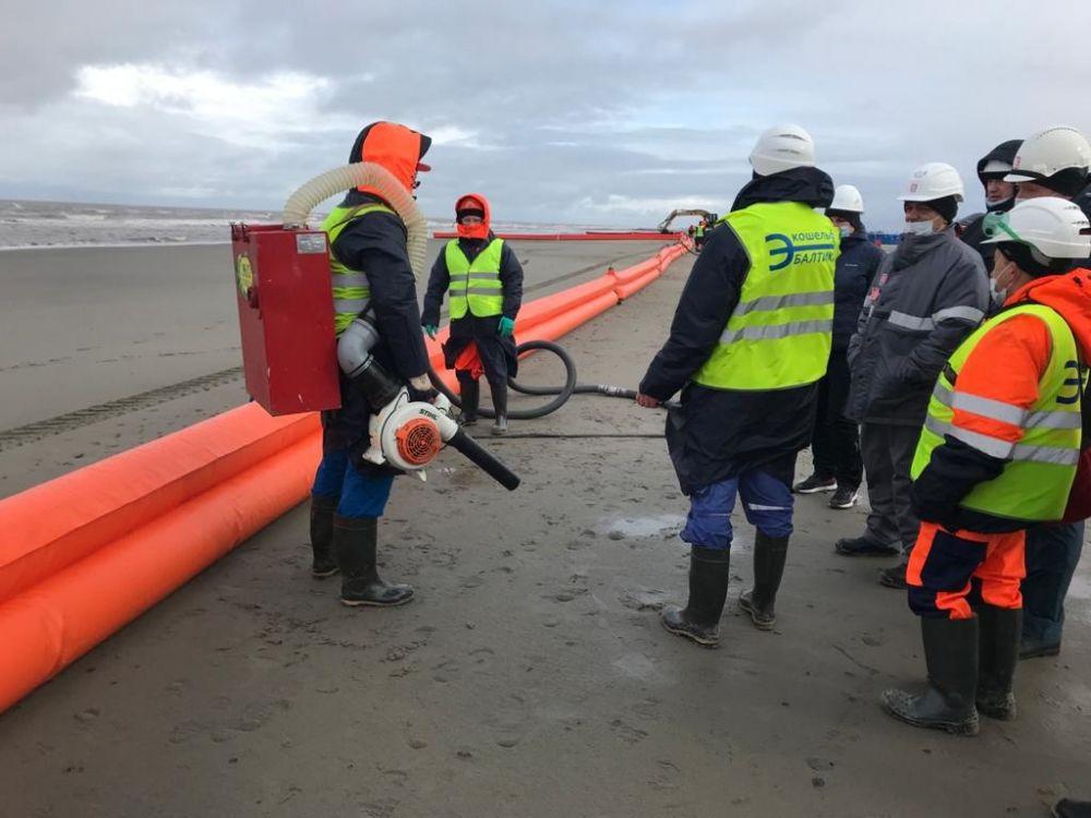 Отработка ликвидации разлива нефтепродуктов во время учений по защите от ЧС в арктической зоне (посёлок Варандей Ненецкого автономного округа)