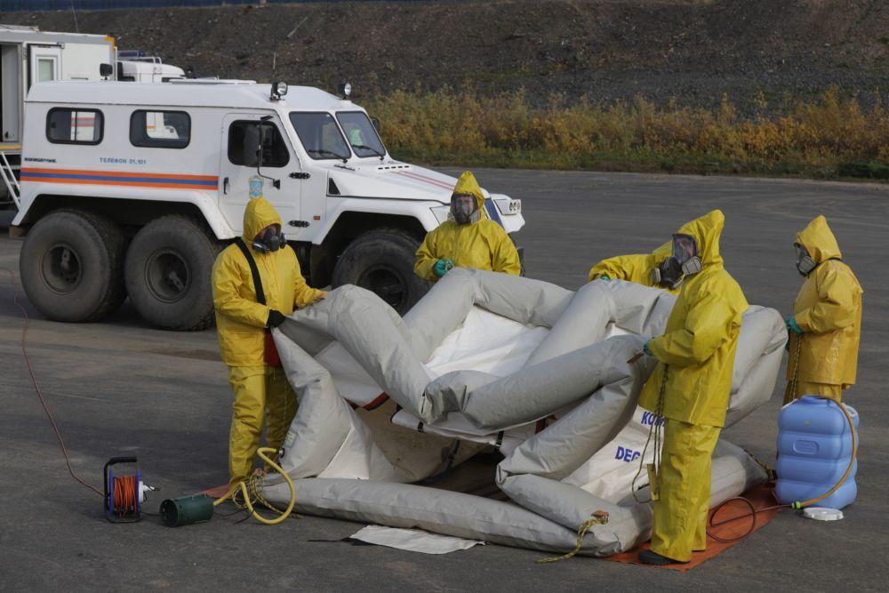 Сотрудники МЧС во время учений по защите от ЧС в арктической зоне (Красноярский край)