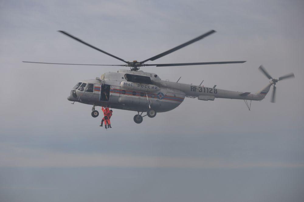 Отработка сценария спасения человека из воды сотрудниками МЧС во время учений по защите от ЧС в арктической зоне (Красноярский край)