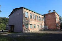 Старое здание школы в аварийном состоянии, его будут сносить.