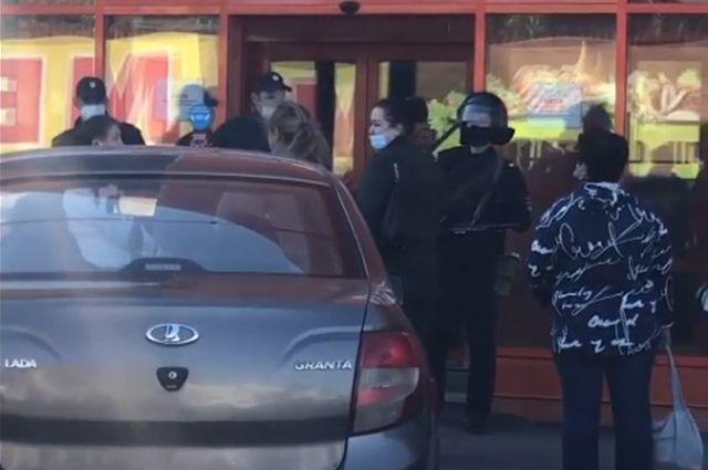 В Оренбурге полиция оцепила рынок «Локомотив».