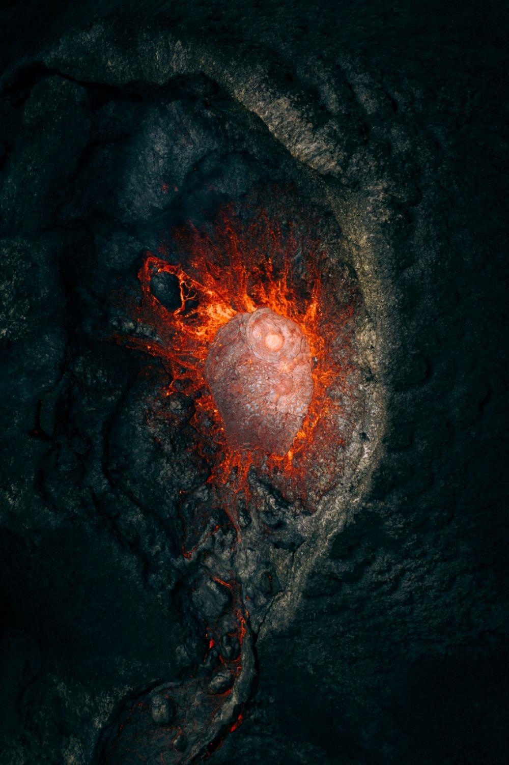 В категории «Природа» победил Мартин Санчес (Martin Sanchez). На фотографии запечатлён момент извержения вулкана в Исландии