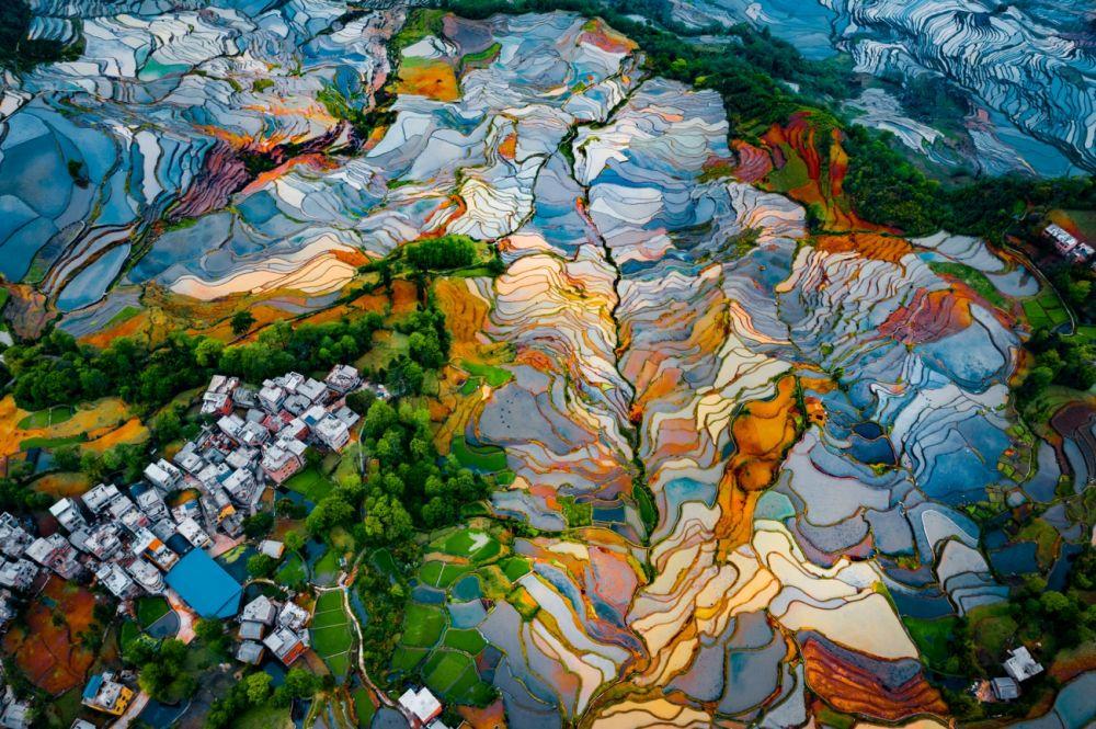 Автор снимка Ран Тиан (Ran Tian) удостоен высокой оценки жюри в номинации «Абстракция». Рисовые террасы Дуойишу