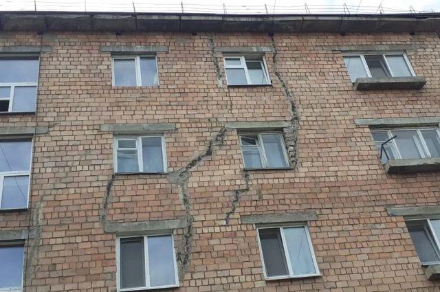 Дом с трещинами стал причиной конфликта.
