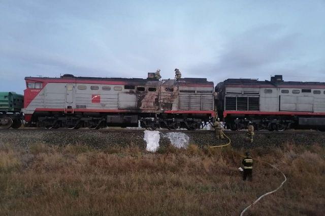В Оренбуржье загорелся грузовой поезд с горной рудой.