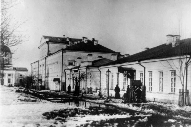В этом здании гауптвахты позднее расположилась архивная комиссия