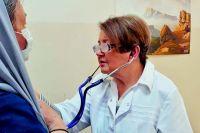 Елизавета Ефимовна консультирует пациента в поликлинике. Июнь 2021 г. На комплименты из разряда «надо же, как молодо вы выглядите» отвечает: «Быть в тонусе помогает работа».