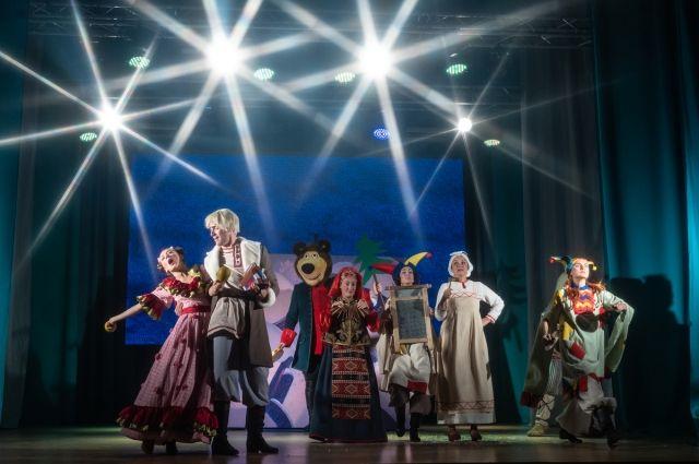 Артисты театра встречали маленьких поронайских зрителей сказкой «Царский подарок».  Задорную постановку показали также для девчонок и мальчишек села Восток.