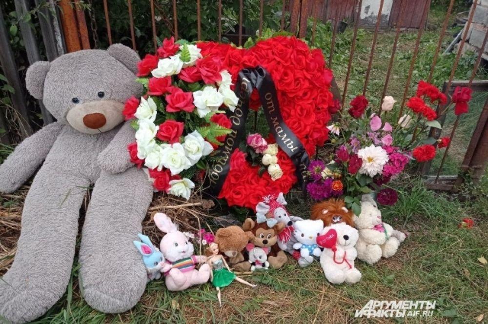 У частного дома, где, возможно, и погибли девочки, также стихийный мемориал.