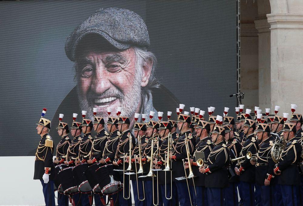 Оркестр сыграл музыку Эннио Морриконе из фильма «Профессионал», в котором Жан-Поль Бельмондо сыграл главную роль