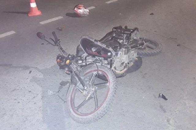 В Орске 15-летний парень на мопеде столкнулся с Lada Kalina.