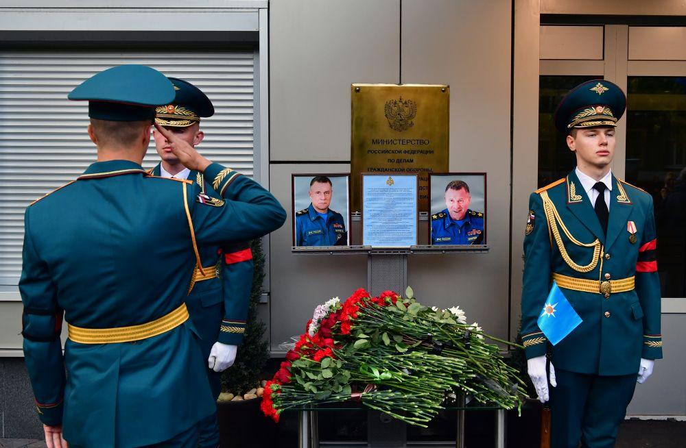 Военнослужащие около портрета главы МЧС Евгения Зиничева в Национальном центре управления в кризисных ситуация