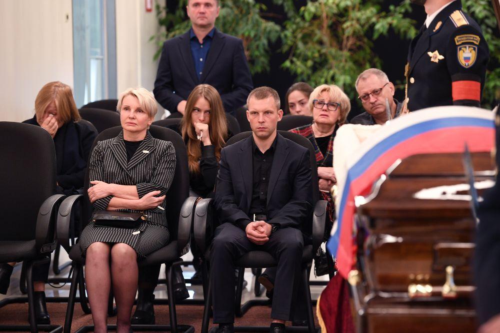 Семья главы МЧС РФ Евгения Зиничева во время церемонии прощания в Национальном центре управления в кризисных ситуациях