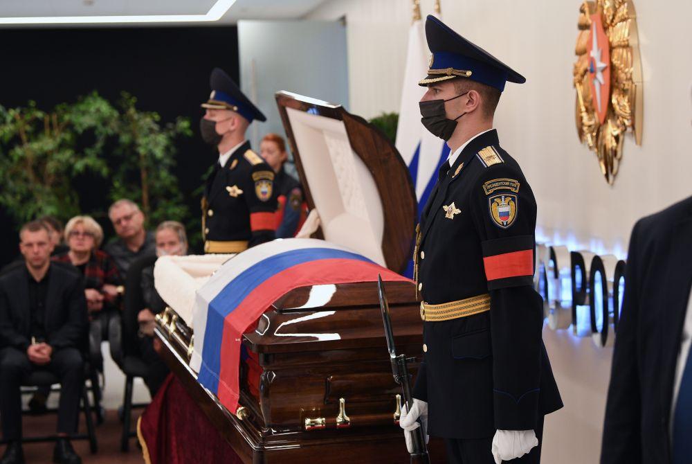 Гроб с телом главы МЧС РФ Евгения Зиничева во время церемонии прощания в Национальном центре управления в кризисных ситуациях