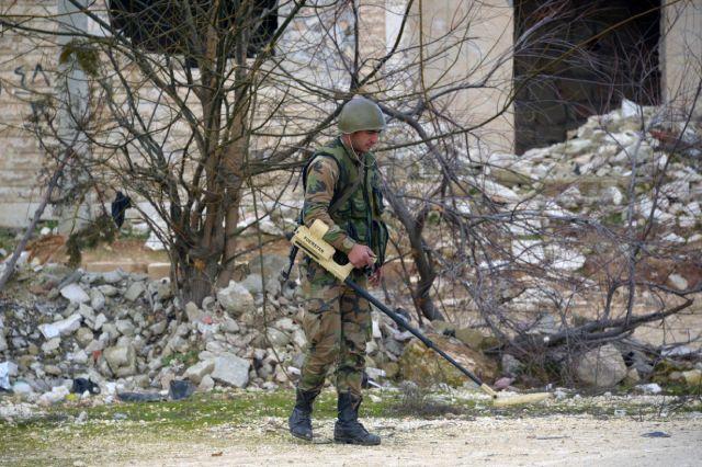 Сапер ищет мины в освобожденном от боевиков городе Мааррат-эн-Нууман в Сирии.
