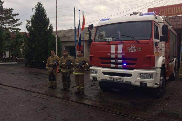 В Оренбуржье сиренами пожарных машин почтили память главного спасателя России Евгения Зиничева.