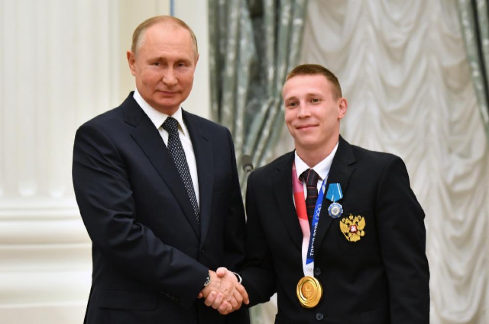 Владимир Путин и чемпион ОИ - 2020 по спортивной гимнастике в командных соревнованиях, серебряный призер в опорном прыжке Денис Аблязин.