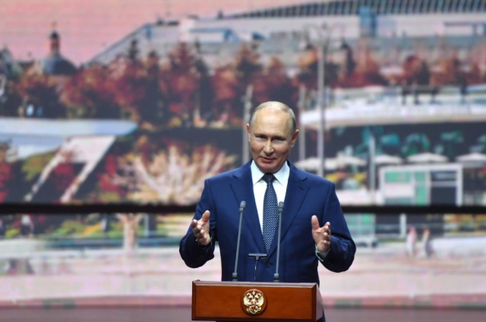 Владимир Путин выступает наторжественном мероприятии, посвящённом Дню города Москвы в «Зарядье».