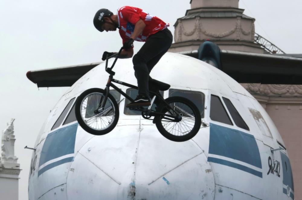 Участник кубка ВДНХ по экстремальным видам спорта на ВДНХ в Москве во время празднования Дня города.
