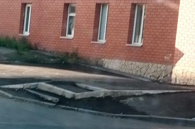 Мэрии Оренбурга придется оплатить часть ремонта наклонных тротуаров на Туркестанской.