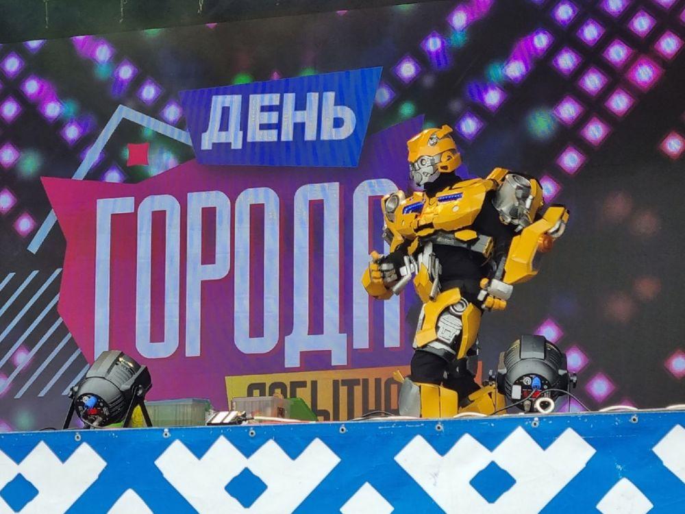 С Днем рождения города юных лабытнангцев поздравили роботы-трансформеры.