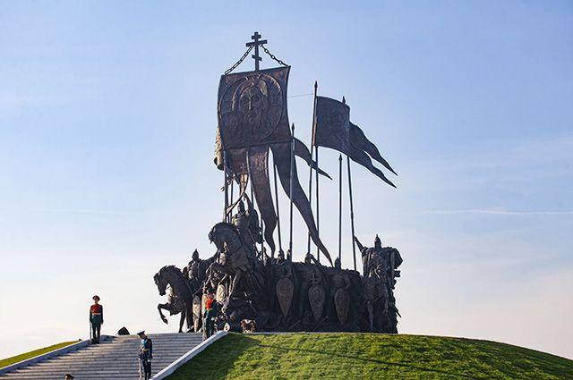 Бронзовая композиция состоит из конных фигур князя, его брата, воеводы и шести витязей.