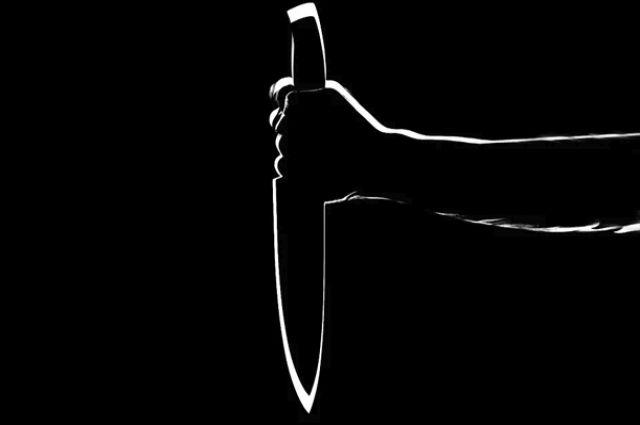 Житель Оренбурга угрожал врачу скорой помощи ножом.