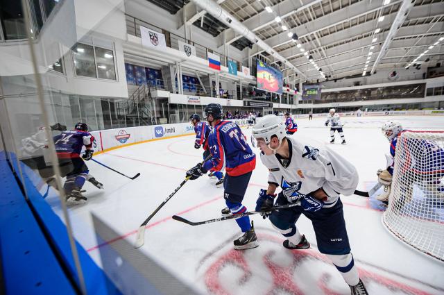 Новый сезон Молодежной хоккейной лиги стартовал в Южно-Сахалинске: на льду «Арена сити» «Сахалинские акулы» принимали уссурийский «Тайфун».